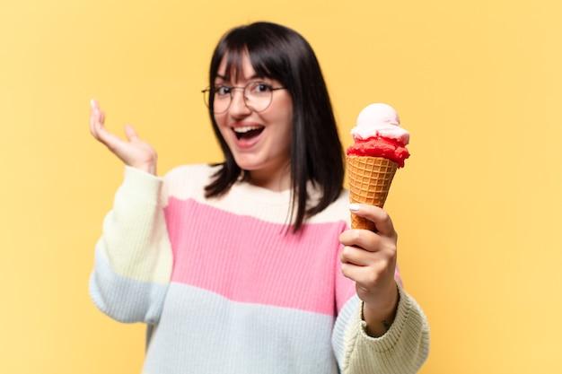 Plus size mooie vrouw met een ijsje Premium Foto