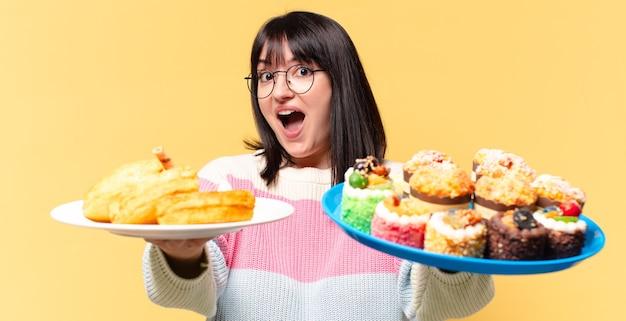 Plus size mooie vrouw met taarten