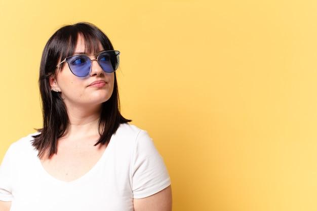 Plus size mooie vrouw met zonnebril