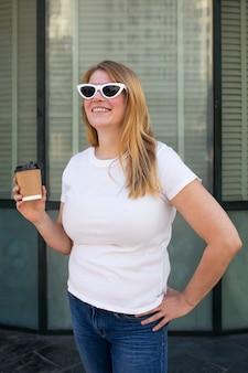 Plus size t-shirt wit basic dames vrijetijdskleding outdoor shoot