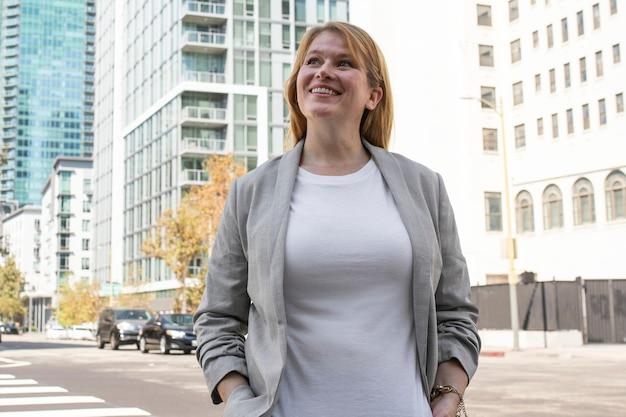 Plus size t-shirt witte zakelijke outfit blonde vrouw in de stad