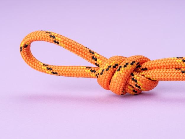 Poacherãƒâƒã'â ¢ ãƒâ'ã'â € ãƒâ'ã'â ™ s knot op een pastel paarse achtergrond