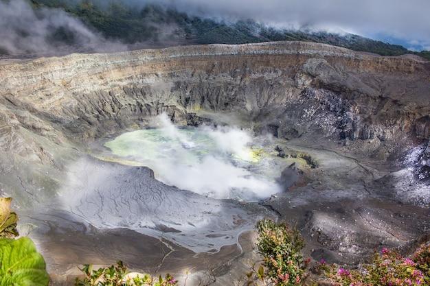 Poas-vulkaankrater in costa rica, midden-amerika