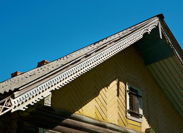 Pochozersky kerkhof. architectonische details van het houten gebouw. archangelsk regio, rusland