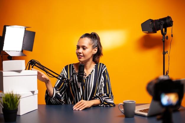 Podcast van vlogger met grote weggeefcadeaus in thuisstudio