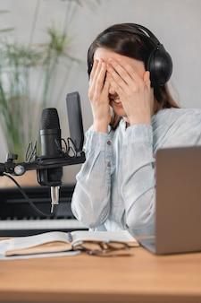 Podcaster maakt inhoud europese vrouw neemt podcast op met microfoon en koptelefoon kaukasisch