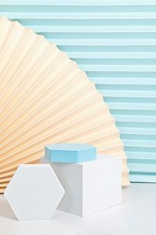 Podium, stand, platform voor productpresentatie. abstracte muur gemaakt van papieren fans.