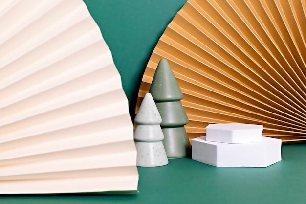 Podium, stand, platform voor productpresentatie. papieren ventilatoren en kerstversiering.