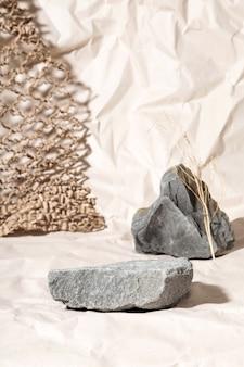 Podium voor verpakkingspresentatie en cosmetica van natuurlijke beige kleur. stenen podium en droge bloem