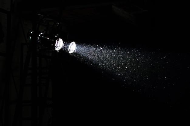Podiumlicht met stof en schittering in lichtstraal