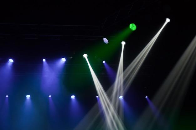 Podiumlichten op concert. verlichtingsapparatuur met veelkleurige balken.