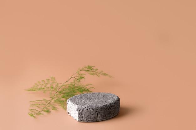 Podiumsteen leeg op bruine achtergrond