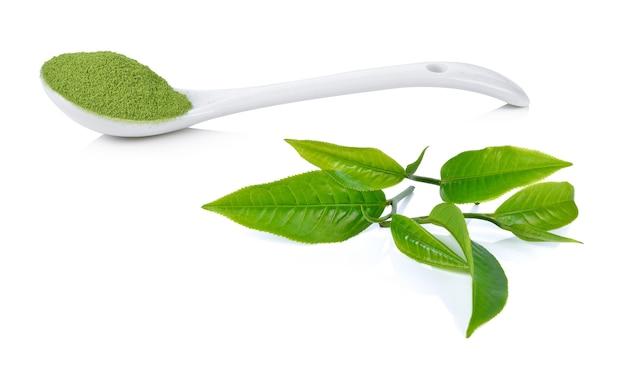 Poeder groene thee en groene thee blad geïsoleerd op wit