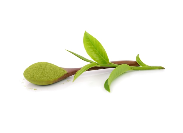 Poeder groene thee met groen theeblad.