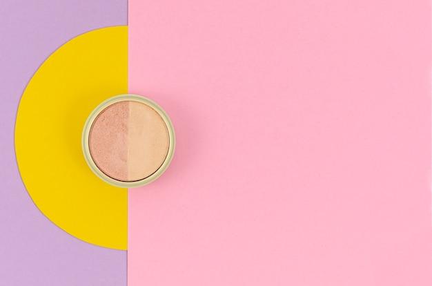 Poeder op kleurrijke achtergrond met kopie ruimte