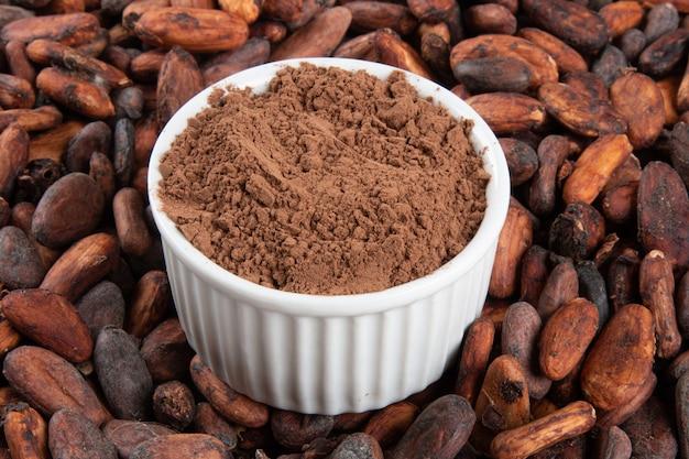 Poeder van cacao op rauwe cacaobonen.