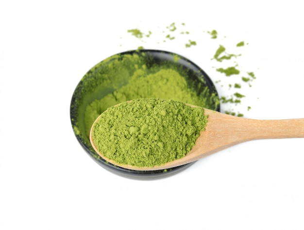 Poeder van de matcha het groene thee in houten lepel op wit