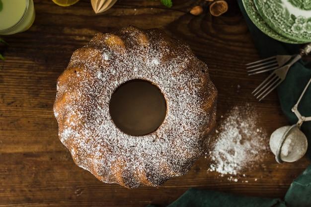 Poedersuiker op eigengemaakte cake