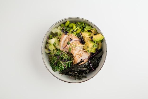 Poke bowl in aziatische stijl met kip en groenten