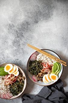 Poke bowl met krab, rijst, avocado en ei