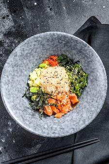 Poke bowl met rauwe zalm en groenten