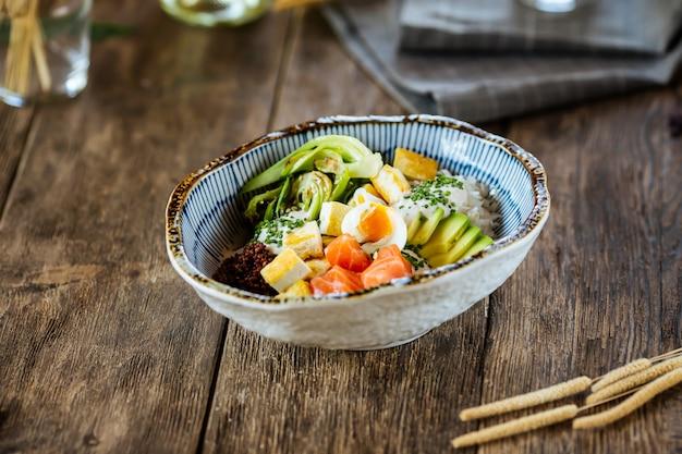 Poke bowl rijst groenten zalm einde kwarteleitjes