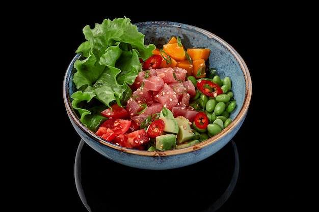 Poke bowl tonijn mango tomaten avocado's edamame bonen sla