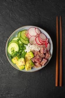 Poke bowl, traditioneel hawaïaans eten, bereid met tonijn