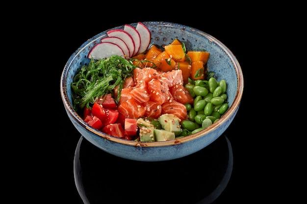 Poke bowl zalm mango tomaten avocado's edamame bonen wakame zeewier radijs