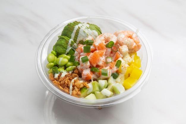 Poke hawaiiaans gerecht, rauwe vissalade geserveerd als voorgerecht of hoofdgerecht.
