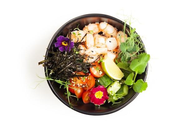 Poke salade met garnalen in een kom garnalen ingrediënten