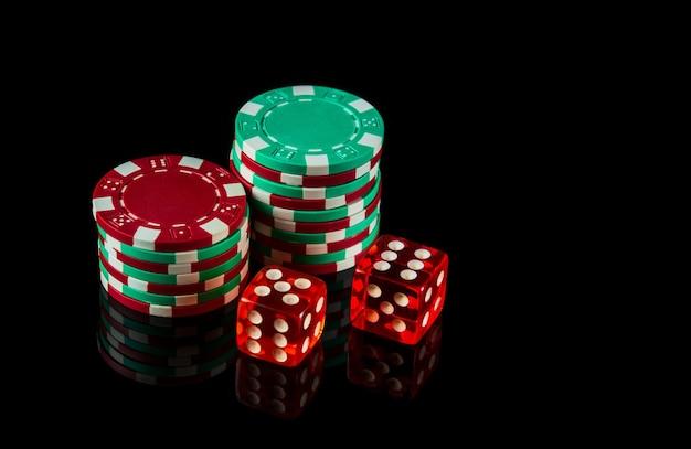 Poker dobbelstenen op zwarte achtergrond en chips. craps club spelconcept.