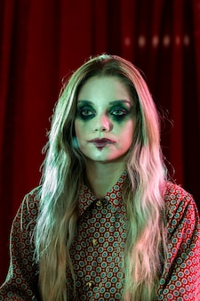Poker geconfronteerd met gekke halloween vrouwelijke clown