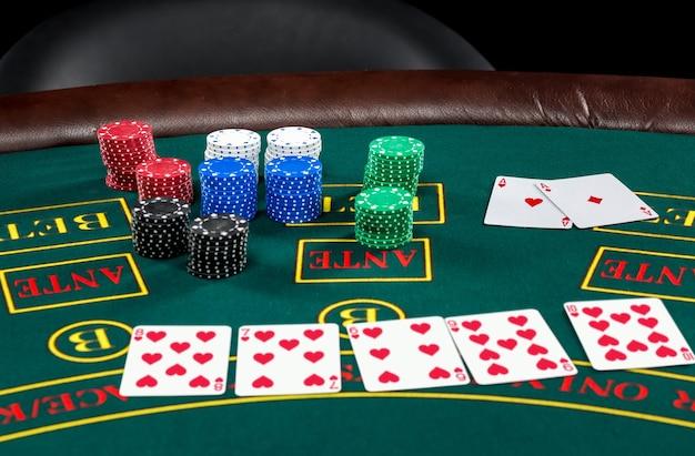 Poker spelen. chips en kaarten op de groene tafel