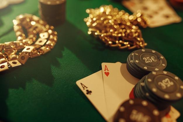 Pokerconcept, geldweddenschap, kaarten en chips op speeltafel, whisky en sigaar in casino.
