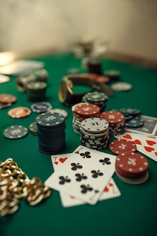 Pokerconcept, kaarten en chips op speeltafelclose-up, whisky en sigaar in casino