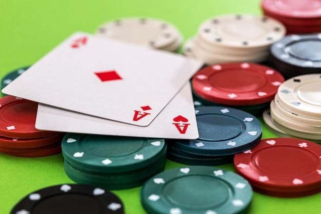 Pokerfiches en kaarten op de tafel in het casino