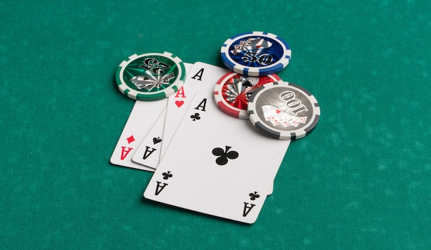 Pokerfiches en kaarten op een groene achtergrond het concept van gokken en entertainment casino