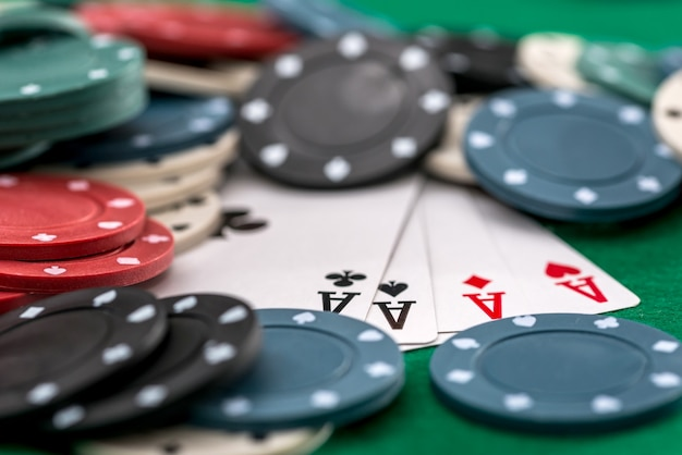 Pokerfiches en kaarten op een groene achtergrond