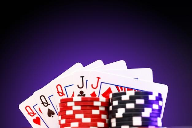 Pokerfiches en speelkaarten op zwarte ondergrond