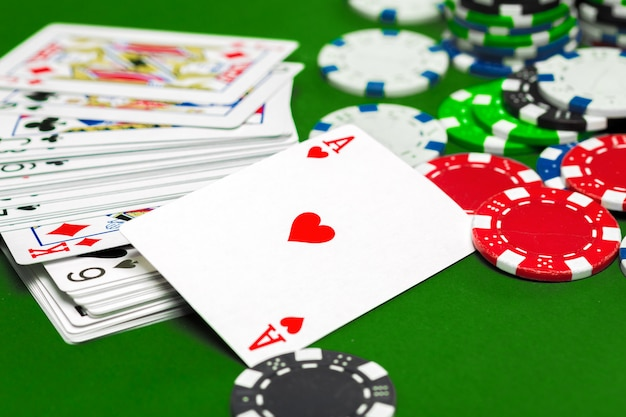 Pokerfiches op de tafel