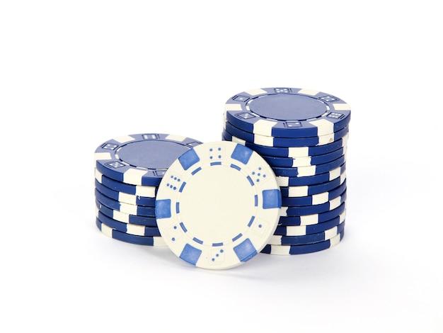 Pokerfiches op elkaar gestapeld geïsoleerd op een witte achtergrond