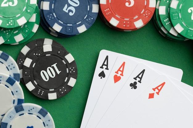 Pokerkaarten en casinofiches op groene achtergrond