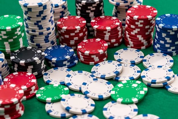 Pokerkaarten en chips op groene tafel
