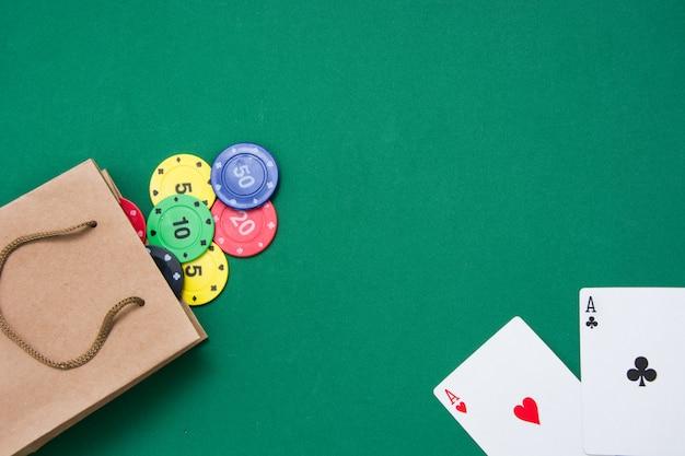 Pokerkaarten en pokerfiches op groene achtergrond