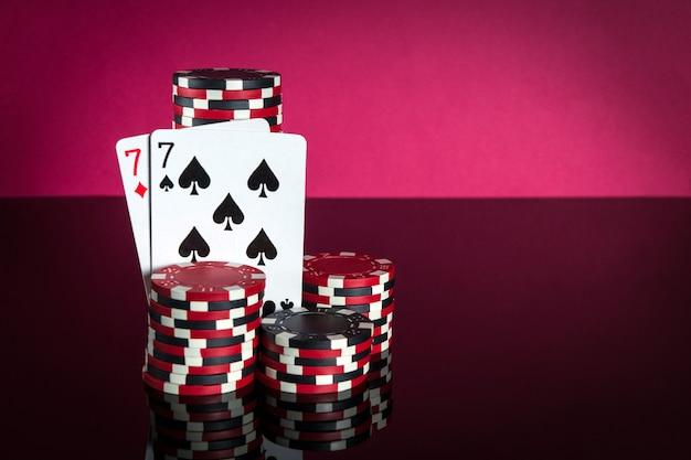 Pokerkaarten met combinatie van één paar close-up van speelkaarten en chips in pokerclub