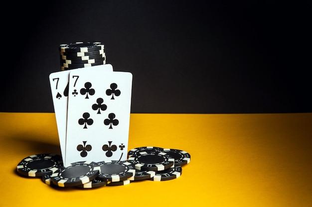 Pokerkaarten met een combinatie van één paar. close-up van speelkaarten en chips in pokerclub. gratis advertentieruimte
