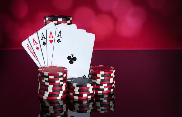 Pokerkaarten met een combinatie van vijf. close-up van speelkaarten en chips in pokerclub. gratis advertentieruimte