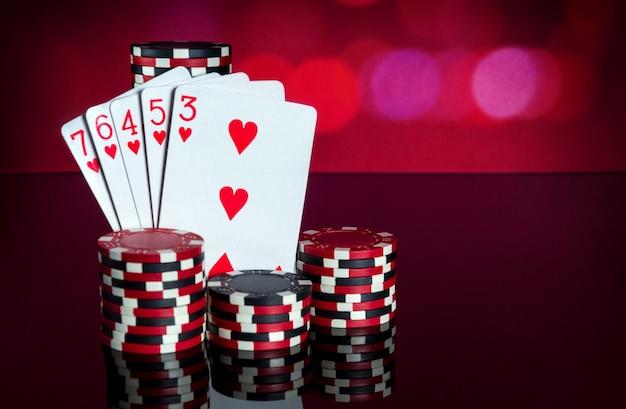 Pokerkaarten met een straight flush combinatie. close-up van speelkaarten en chips in pokerclub. gratis advertentieruimte