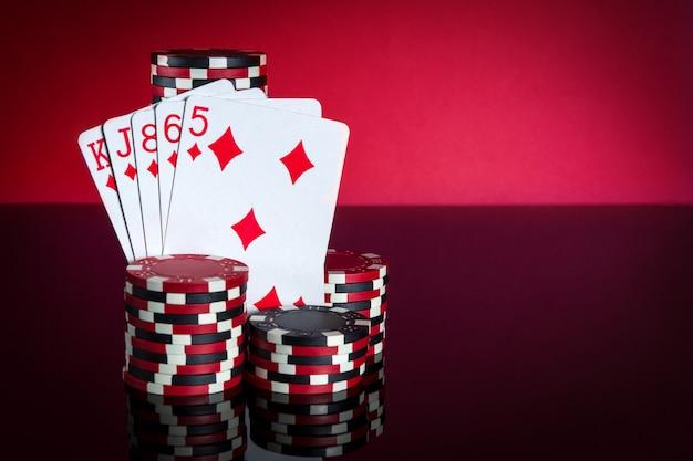 Pokerkaarten met flush combinatie. close-up van speelkaarten en chips in pokerclub. gratis advertentieruimte